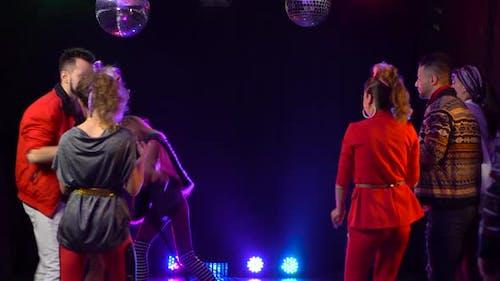 Mädchen singt in ein retro Mikrofon um Menschen tanzen zu singen