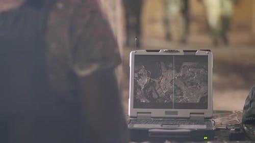 Bildschirm des Armee-Laptops bei feindlicher Erkennung