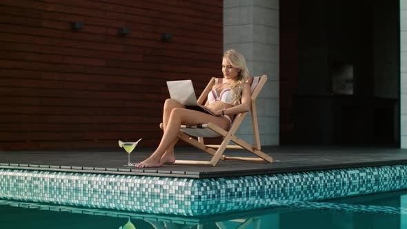 Thumbnail for Business Frau Getting Sonnenbad In der Nähe Schwimmbad. Sexy Frau arbeiten Computer