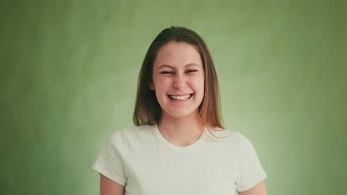 Attraktives Modell lacht glücklich posiert für die Kamera auf Grün