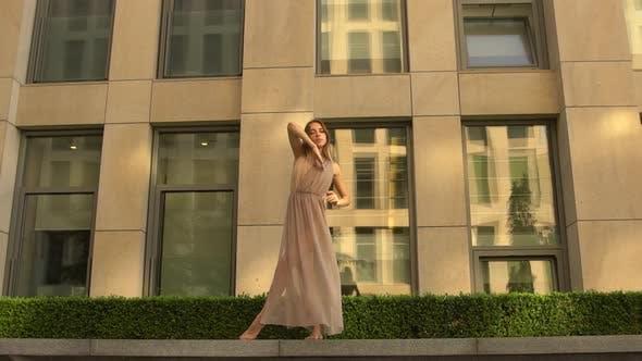 Красивая молодая девушка танцует в современном стиле на улице современного города. Замедленное движение.