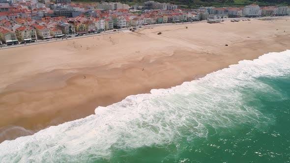 Thumbnail for Flug über Sandy Beach in der Nähe von Nazare City