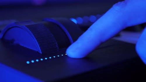 Der  Touchbar-Cursor erhöht die Lautstärke auf der E-Piano-Tastatur.