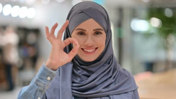 Thumbnail for Junge arabische Frau mit Ok Zeichen von Hand