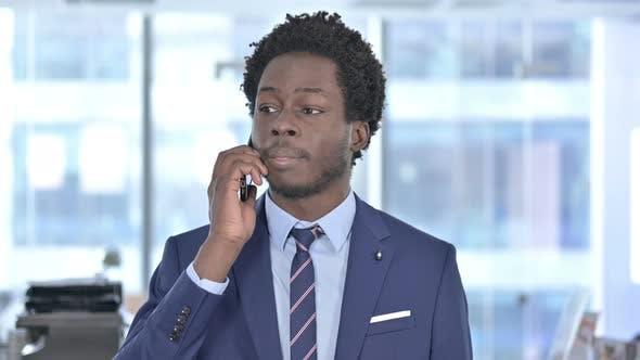 Thumbnail for African American Geschäftsmann Schreien beim Sprechen auf Handy