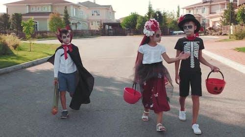 Kinder in Kostümen gehen Trick-oder-Behandlung