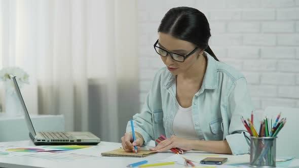 Thumbnail for Inspirierter Designer Erstellen Projekt Freelancer Genießen Arbeit Zeichnen mit Bleistift