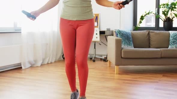 Thumbnail for Afrikanische Frau trainiert mit Springseil zu Hause