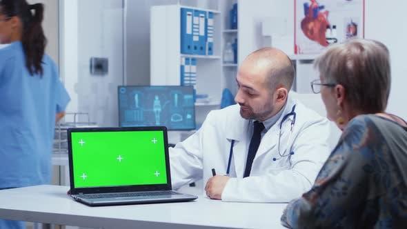 Grüner Bildschirm Laptop in Arztpraxis