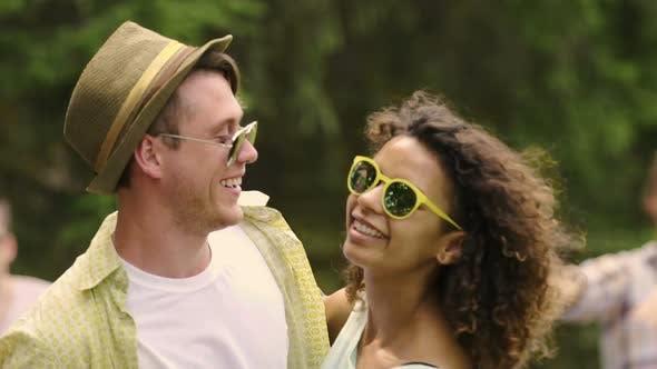 Thumbnail for Flirty junge Mann und Frau umarmt und genießen Tanzmusik auf Sommerparty