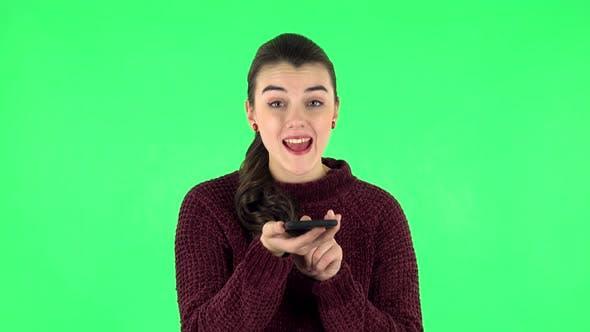 Thumbnail for Mädchen fragt nach Informationen über das Netzwerk per Telefon auf Green Screen