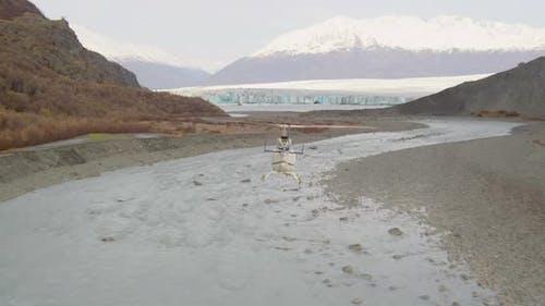 Luftbildhubschrauberaufnahme von Alaksan-Wildnis in der Dämmerung, vorbei an Berggipfeln, Drohne aufnahmen