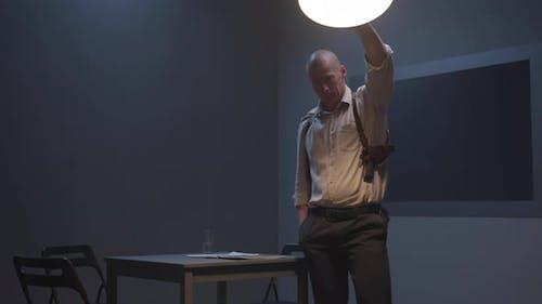 Agent begradigt die Lampe auf der Polizeistation