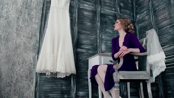 Thumbnail for Braut sitzt in der Nähe des Frisiertisches
