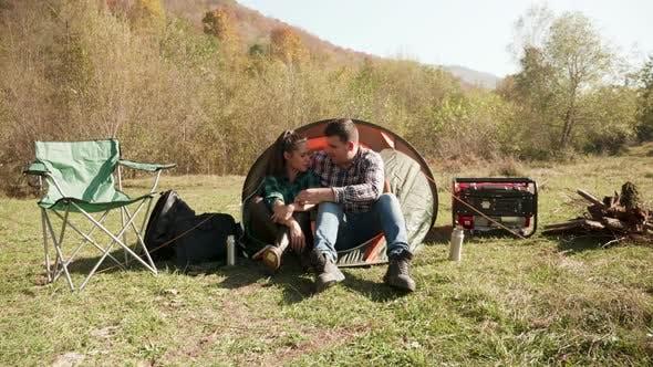 Thumbnail for Schönes junges Paar mit einem Gespräch vor ihrem Camping-Zelt