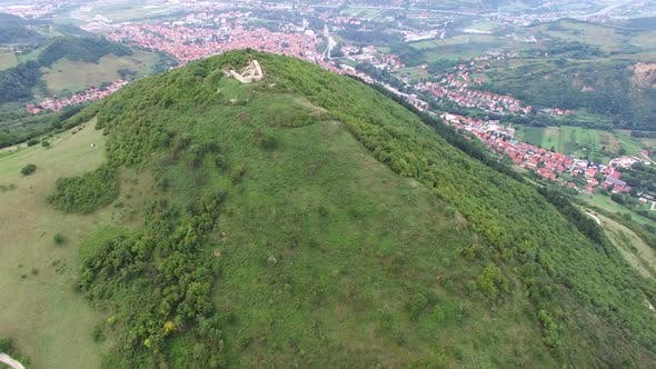 Thumbnail for Luftaufnahme der bosnischen Pyramiden mit Visoko Dorf im Tal