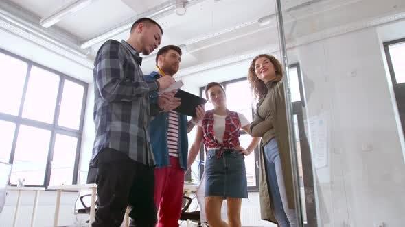 Cover Image for Creative Team Arbeiten mit Glasplatte im Büro