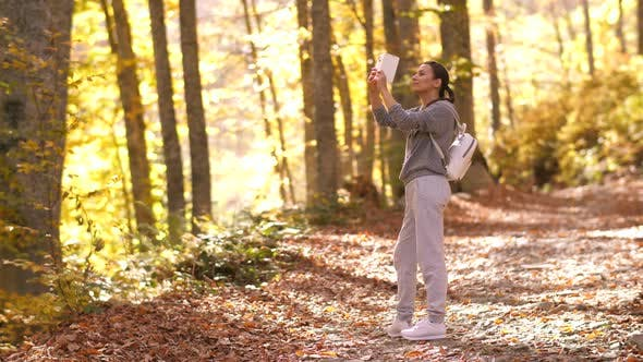 Femme Capturer Belle Autumn Park