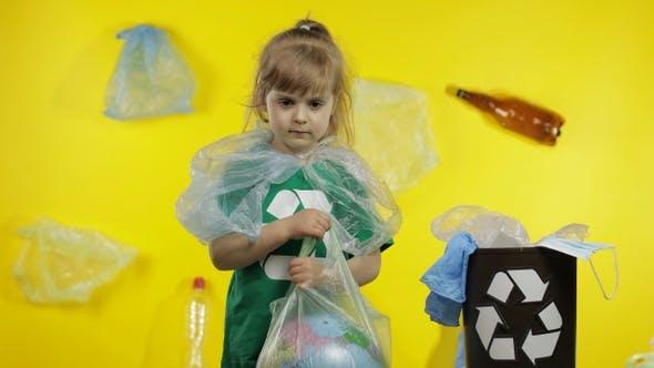 Thumbnail for Mädchen Aktivistin in Zellophan-Paketen auf ihrem Hals macht Erde Globus frei von Plastikverpackung