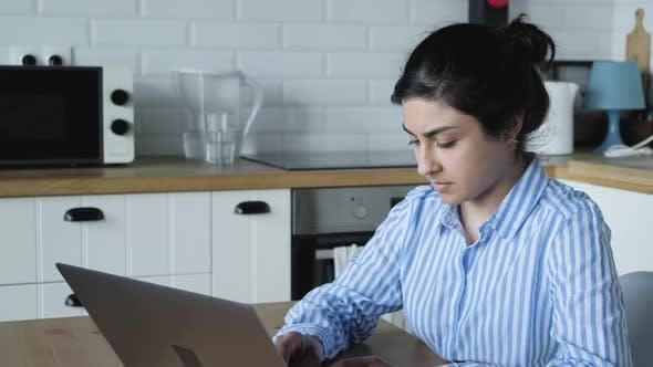 Thumbnail for Junge indische Frau, die am Computer arbeitet, mit Laptop