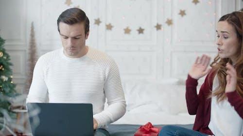 Aggressives Paar im modernen Haus am Weihnachtswochenende widersprüchlich
