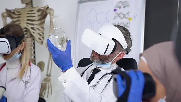 Doctor Learning the Chemical Substance in Flask Using Virtual Reality Headset