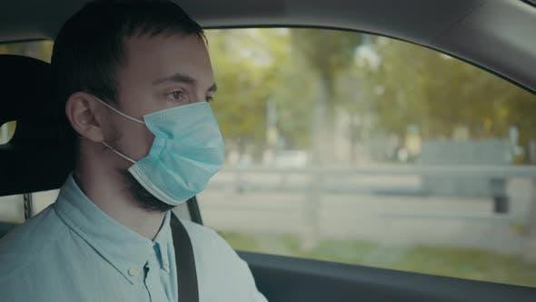 Filmmusik von einem Mann, der Auto auf der Stadt fährt