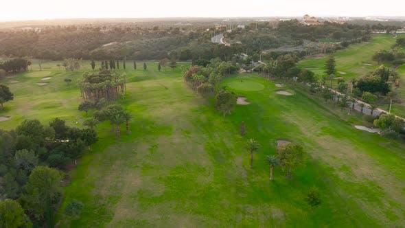 Luftbild. Leerer Golfplatz. Atemberaubender Sonnenuntergang Shining auf dem Golfplatz.