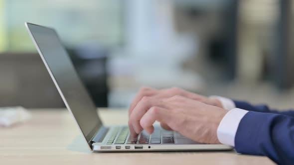 Thumbnail for Nahaufnahme der Hände Tippen auf dem Laptop