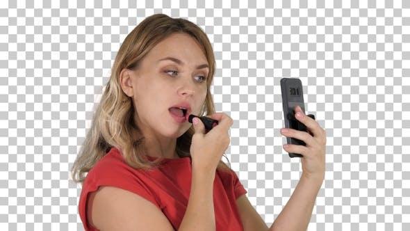 Thumbnail for Blonde Frau Anwendung Lippenstift Blick in das Telefon, Alpha-Kanal