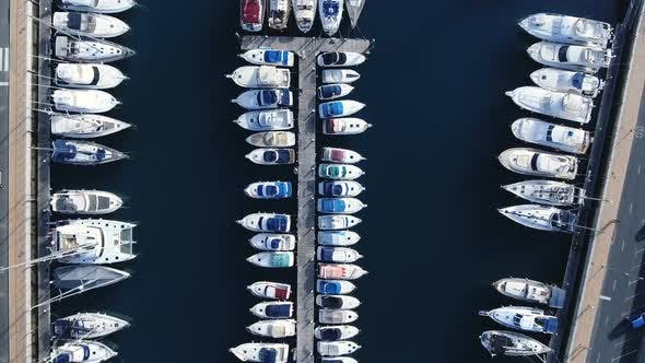 Thumbnail for Flug über dem Royal Mediterranean Port voller Yachten