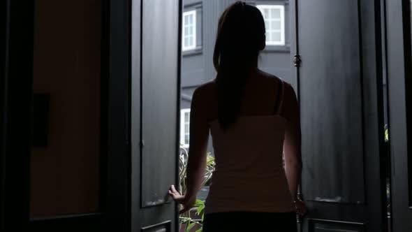 Thumbnail for Schöne asiatische Frau öffnen Tür und zu Fuß auf Balkon