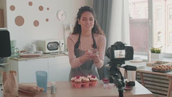 Thumbnail for Vloggerin schmückt Muffins mit Beeren