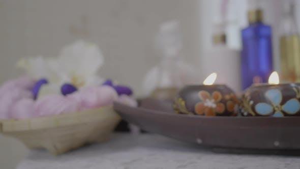 Spa-Massage und Körperbehandlung. Schöne Komposition mit Kerzen und Salzbad und