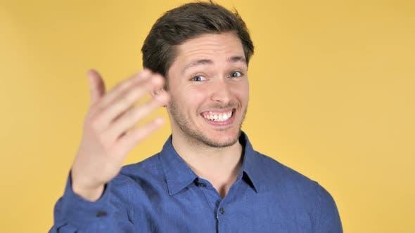 Thumbnail for Inviter l'homme sur fond jaune