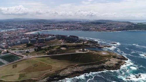 Luftaufnahme von Fliegende Drohne über Strand und Meer