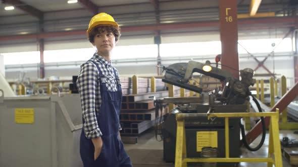 Thumbnail for Junge weibliche Ingenieur Walking entlang Workshop