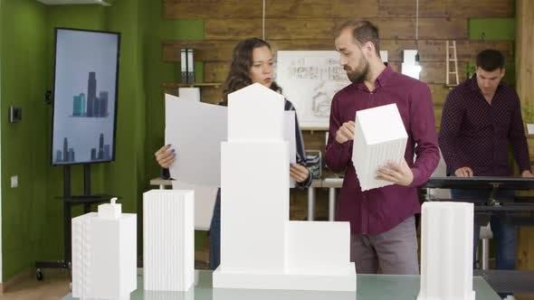 Thumbnail for Architektenteam prüft Baumodell für Gewerbepark