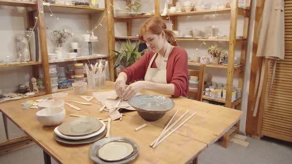 Thumbnail for Happy Female Potter Herstellung von handgefertigten Steingut Gefäß in Werkstatt