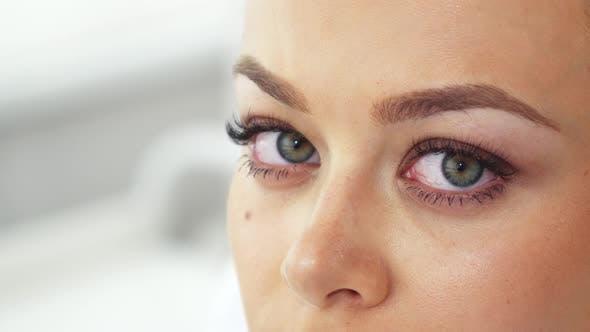 Frau verschiebt ihren Blick auf die Kosmetologie Salon