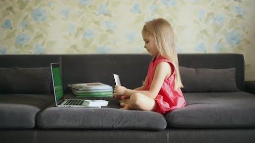 Kleines Mädchen auf Fernunterricht