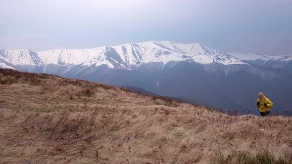 Thumbnail for Mann mit Rucksack in Frühlingsgebirge
