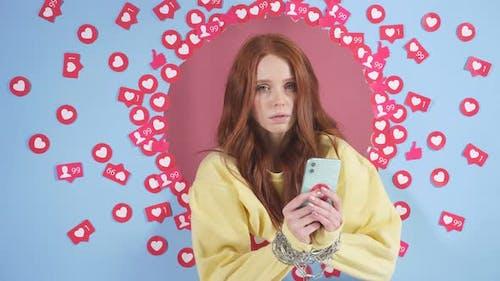 Téléphone portable enchaîné aux mains des femmes dépendance à Internet