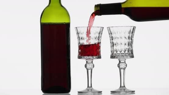 Thumbnail for Roséwein. Rotwein gießen in zwei Weingläsern über weißem Hintergrund