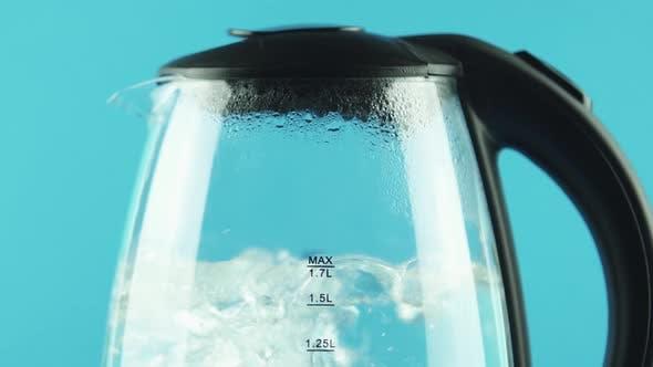 Thumbnail for Ein Wasserkocher mit transparenten Wänden. Prozess des Kochens. Brownsche Bewegung