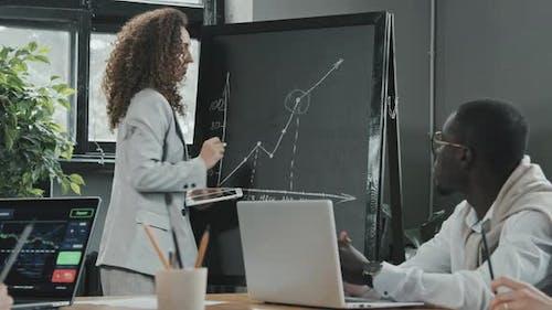 Geschäftsfrau Zeichne Graph auf Tafel