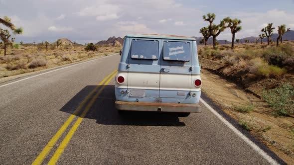 Thumbnail for Van auf der Autobahn. Kalifornischer Wüste.