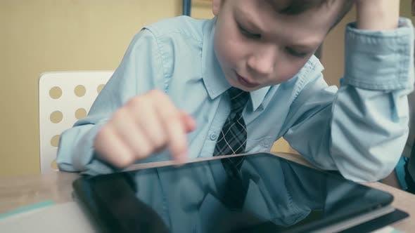 CU, Suivi: L'élève travaille sur une tablette, fait des leçons, retourne à travers les pages