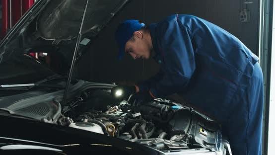 Thumbnail for Professionelle Auto Mechaniker Prüfung Auto Motor, Blick unter der Haube mit Taschenlampe