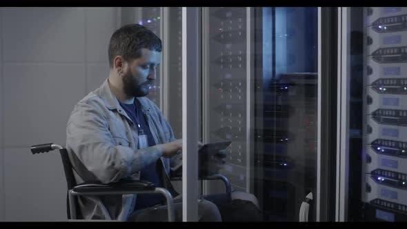 Techniker arbeiten im Rechenzentrum